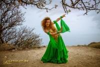 Восточный танец на берегу моря